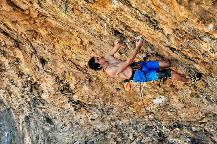"Адам Ондра (Adam Ondra) на маршруте ""Catxasa"" категории 9a+. Фото Art of Route"