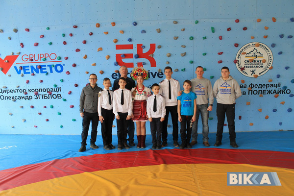 В черкасской школе № 25 открыли скалолазную стену. Фото vikka . ua