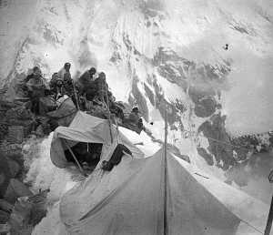 Фото дня: На заре альпинизма. 4 высотный лагерь на восьмитысячнике Канченджанга.1905 год