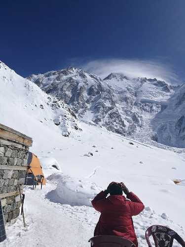 Осмотр склона горы из базового лагеря в поисках следов Даниэля Нарди и Тома Балларда