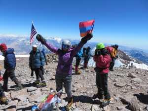 70-летняя альпинистка из Армении стала самой пожилой пожилой женщиной, поднявшейся на самую высокую гору Южной Америки - Аконкагуа