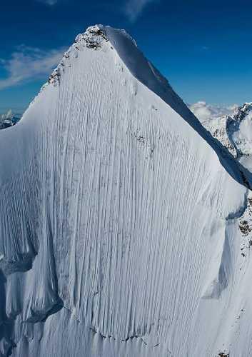 Обер-Габельхорн, Северная стена. Если присмотреться к фото, то у самой вершины можно заметить следы от лыж...