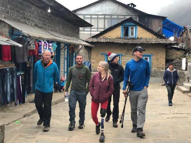 Кирсти Эннис (Kirstie Ennis) и другие участники британской экспедиции на Эверест в Лукле. 3 апреля 2019 года. Фото  Ram Thapa Magar