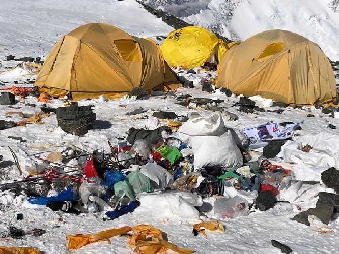 Мусор на Эвересте. Фото the himalayan times