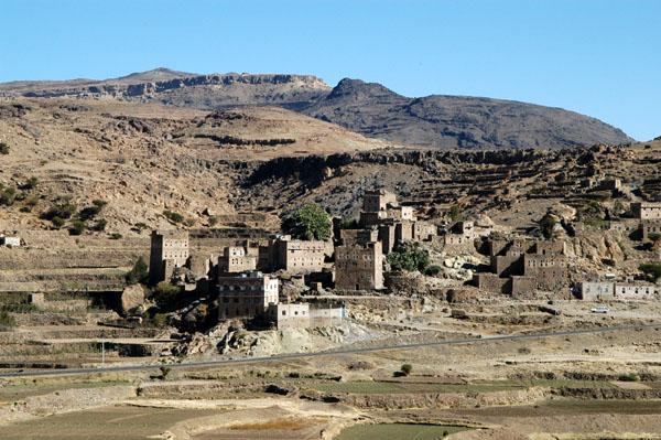 Деревня у подножия высочайшей в Йемене горы Джабал Эн-Наби-Шуайб (Jabal An-Nabi Shu'ayb). Фото Brian J. McMorrow