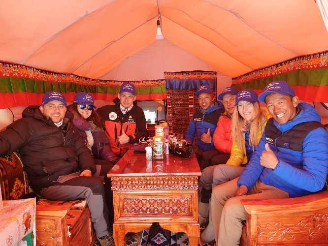 Команда в базовом лагере Эвереста. 18 апреля 2019 года. Фото Валентин Сипавин