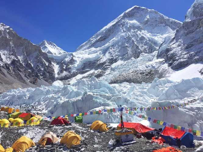 Базовый лагерь у подножия Эвереста и Лхоцзе. Фото Андрей Вергелес
