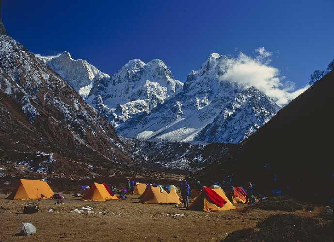 Базовый лагерь у горы Хамбачен (Khambachen), высотой 7784 метров.