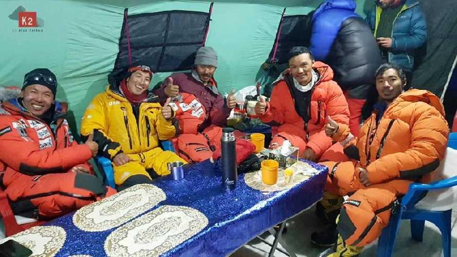 шерпы команды Алекса Тикона в базовом лагере. Фото Alex Txikon