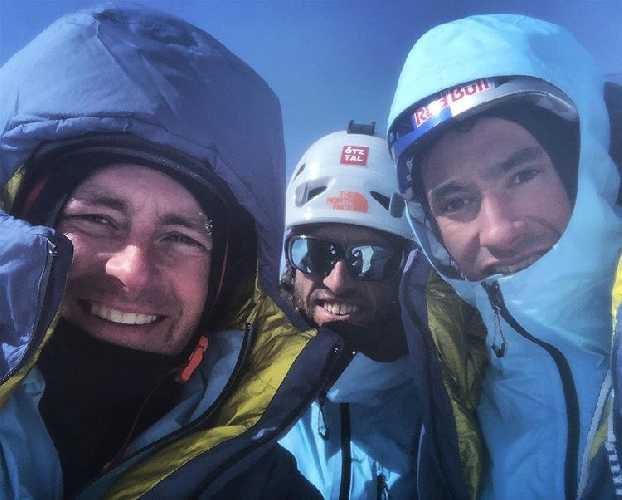 Давид Лама (David Lama), Хансйорг Ауэр (Hansjorg Auer) и Джесс Роскелли (Jess Roskelley) на вершине горы горе Хоус Пик (Howse Peak, 3295 метров). Фото из телефона Джесса Роскелли