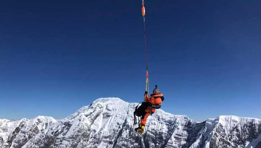 Спасение малазийского альпиниста на Аннапурне. Один из спасателей спускается к пострадавшему. Фото Mingma David Sherpa