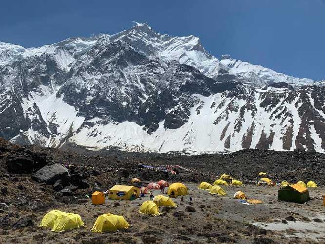 Базовый лагерь у восьмитысячника Аннапурна. Фото thehimalayannews . com
