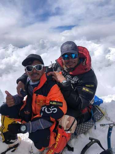 Нирмал Пуржа (Nirmal Purja) и Мингма Давид (Mingma David) на вершине Аннапурны. 23 апреля 2019 года. Фото Hakon Asvang/Facebook