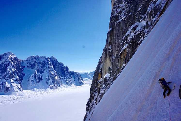 "На первом снежном поле горы Дики по маршруту ""Blood from the stone"" Ули Штека и Шона Истона. Фото Alan Rousseau"