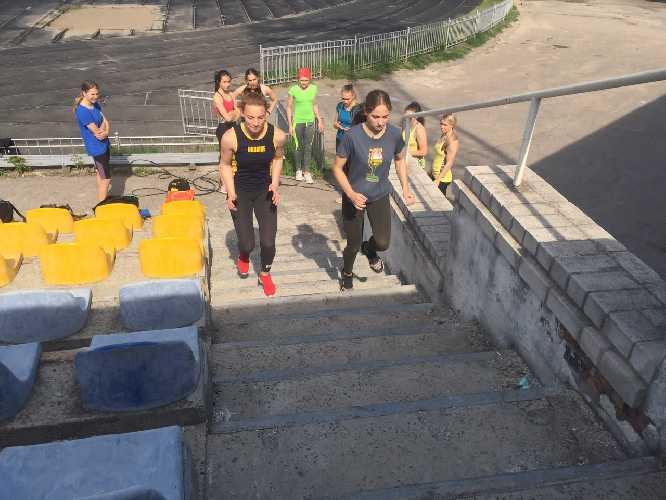 молодежная сборная Украины по скалолазанию на тренировочном сборе в дисциплине скорость в Никополе. Фото fais . org . ua