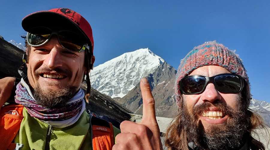 Адам Белецкий (Adam Bielecki) и Феликс Берг (Felix Berg) на фоне Лангтанг Лирунг (Langtang Lirung, 7227 м). Фото Adam Bielecki
