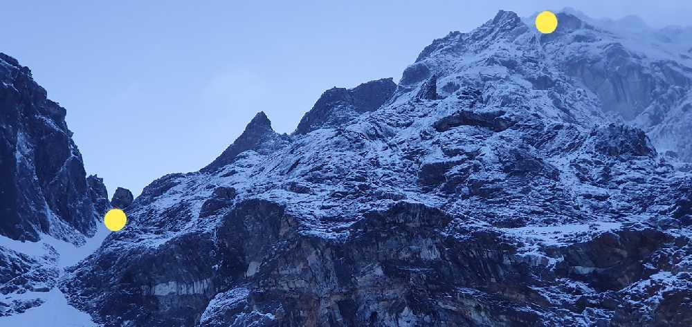 Адам Белецкий (Adam Bielecki) и Феликс Берг (Felix Berg) на маршруте к вершине Лангтанг Лирунг (Langtang Lirung, 7227 м). Отметки первого и второго высотных лагерей. Фото Adam Bielecki