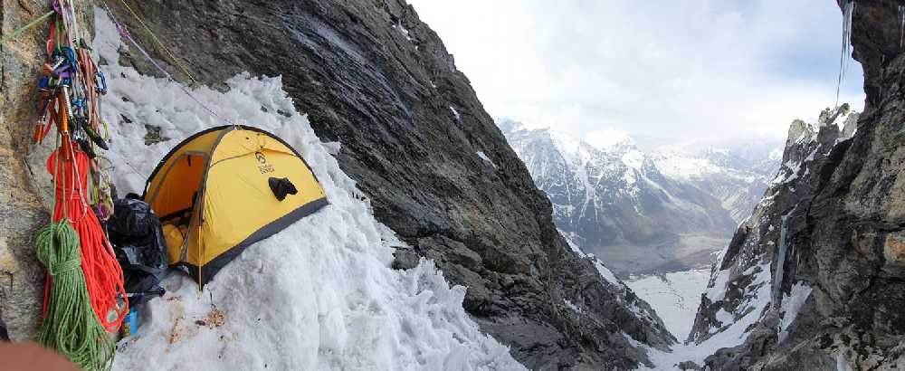 Адам Белецкий (Adam Bielecki) и Феликс Берг (Felix Berg) на маршруте к вершине Лангтанг Лирунг (Langtang Lirung, 7227 м). Первый высотный лагерь. Фото Adam Bielecki