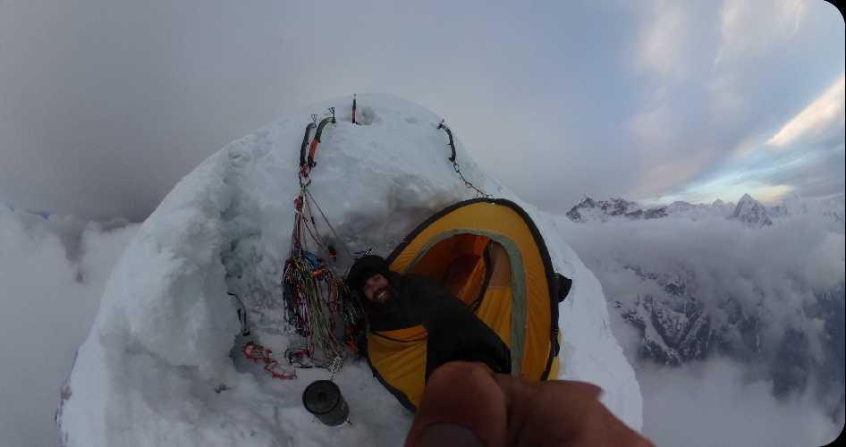 Адам Белецкий (Adam Bielecki) и Феликс Берг (Felix Berg) на маршруте к вершине Лангтанг Лирунг (Langtang Lirung, 7227 м). Второй высотный лагерь. Фото Adam Bielecki