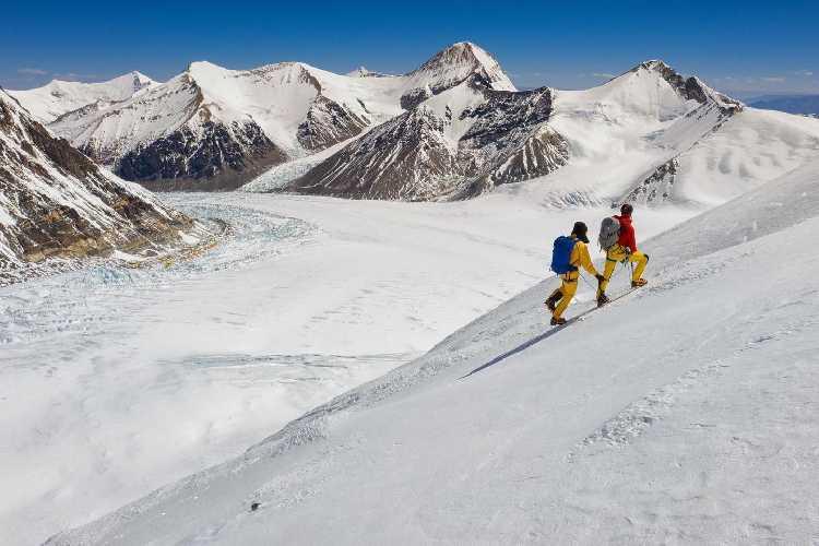 """Кори Ричардс (Cory Richards) и Эстебан """"Топо"""" Мена (Esteban """"Topo"""" Mena) во время акклиматизационного выхода на Эверест. Жёлтые точки на фото - палатки передового базового лагеря. Фото Keith Ladzinski"""