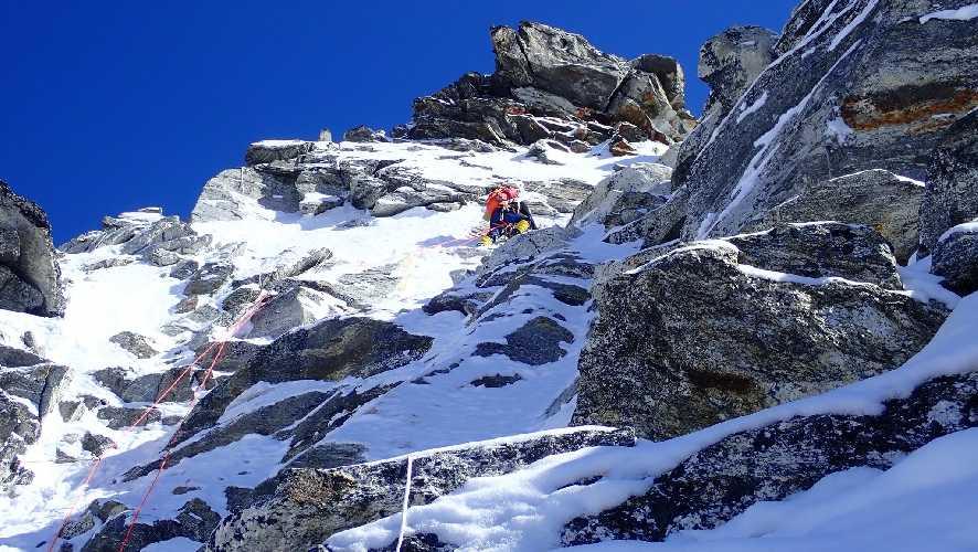Адам Белецкий (Adam Bielecki) и Феликс Берг (Felix Berg) на маршруте к вершине Лангтанг Лирунг (Langtang Lirung, 7227 м). Отметка 5600 метров. Фото Adam Bielecki