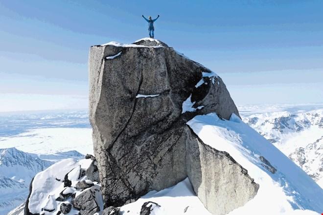 Янеж Свольжак (Janez Svoljsak) на вершине горы Апокалипсис, северный пик (Mt. Apocalypse, 2750 м). Фото Janez Svoljsak