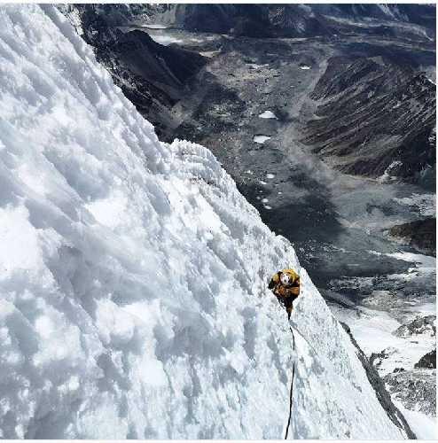 восхождение в четвертый высотный лагерь на южной стене Лхоцзе. Фото Lhotse South Face facebook . com