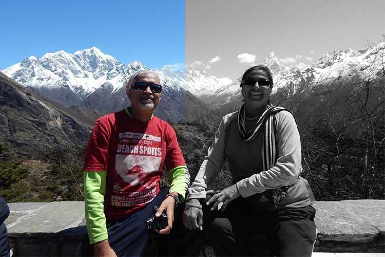 Анджали Кулькарни (Anjali S Kulkarni, на фото справа) со своим мужем Шарадом Кулькарни (Sharad Kulkarni) в Непале. Фото  Bhushan Joshi