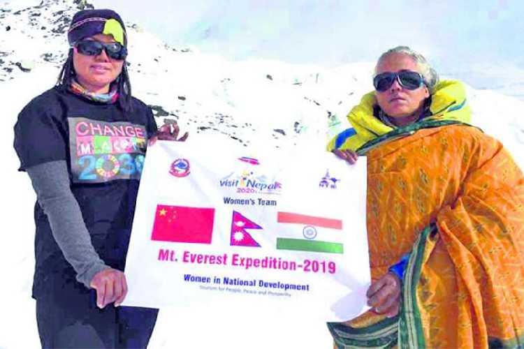 Кальпана Дас (Kalpana Das) справа на фото в базовом лагере Эвереста