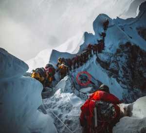 Фото дня: жизнь и смерть на Эвересте