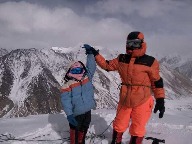 Селена Хаваджа (Selena Khawaja) на вершине  Куз Сар (Quz Sar Peak, 5765 метров), 21 февраля 2018 года. Фото Selena Khawaja
