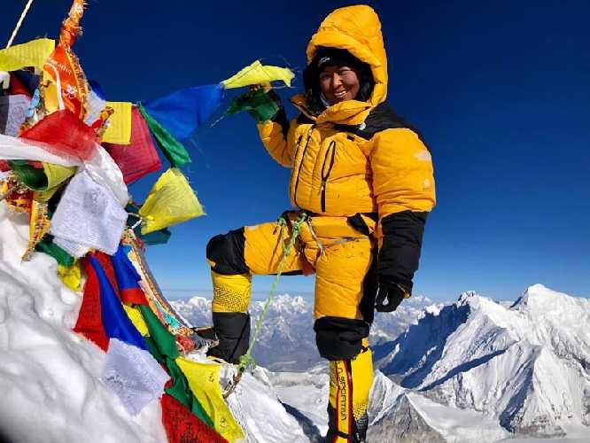 Дава Янгзум Шерпа (Dawa Yangzum Sherpa) на вершине Макалу. Фото Dawa Yangzum Sherpa