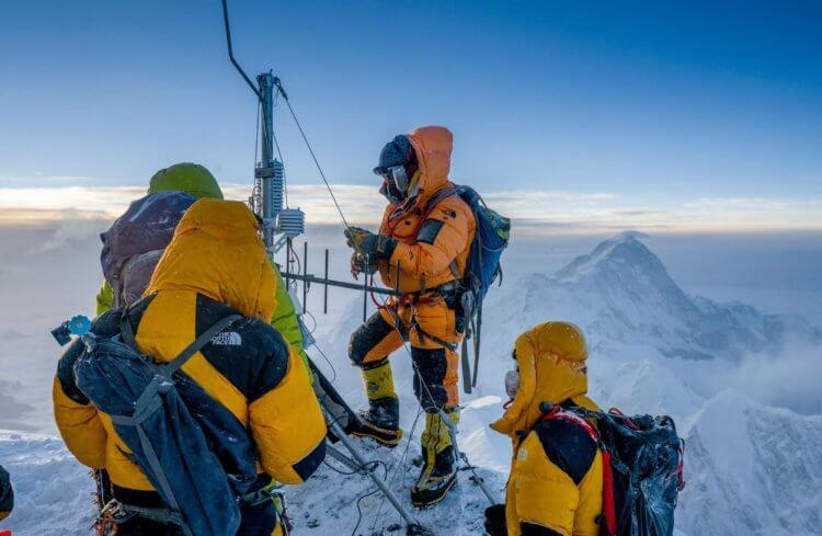 Установка самой высокогорной метеорологической станции на отметке 8430 метров. Фото National Geogrpaphic