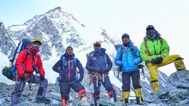 Пятерка альпинистов, которые сегодня, 24 июля поднялись на вершину К2: Лакпаденди Шерпа (Lakpadendi Sherpa), Гашман Таманг (Gesman Tamang), Чангба Шерпа (Changba Sherpa), Лакпа Темба Шерпа (Lakpa Temba Sherpa) и Нирмал Пуржа (Nirmal Purja)