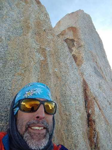 Один из скальных участков у вершины Чашкин I (Chashkin I) высотой 6035 метров. Фото Tico Gangulee