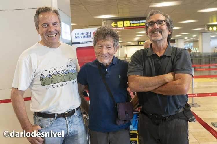 Карлос Сория (Carlos Soria) с Педро Николас ( Pedro Nicolás) и Хавьером Гарридо (Javier Garrido) в аэропорту Мадрда перед вылетом к пику Ленина. Фото Sonia Castañeda