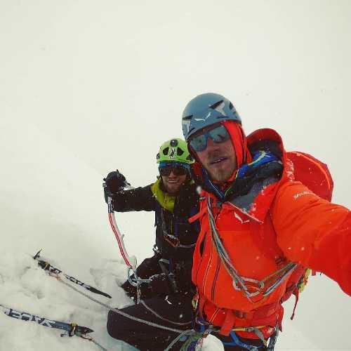 Саймон Месснер (Simon Messner) и  Мартин Шиберер (Martin Sieberer) на вершине пика Black Tooth высотой 6718 метров.