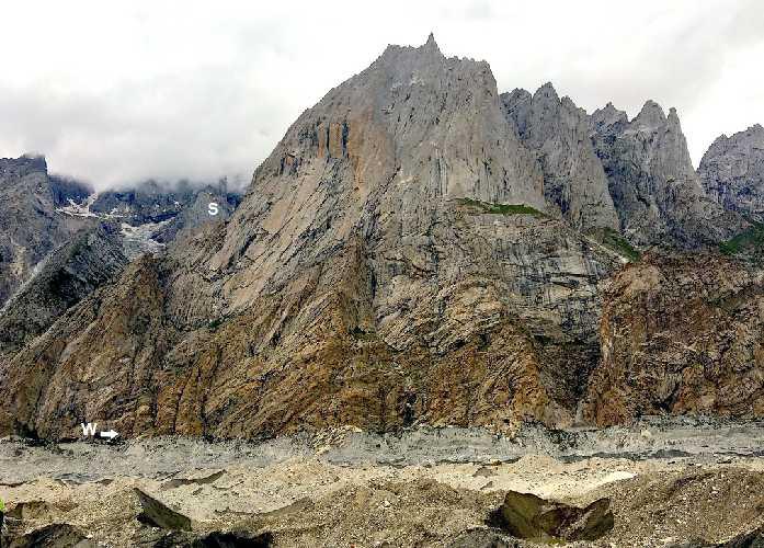 пик Элисон (Alison Peak) высотой около 5100 метров, вид с восточной стороны. Фото: AAJ / Gian Luca Cavalli