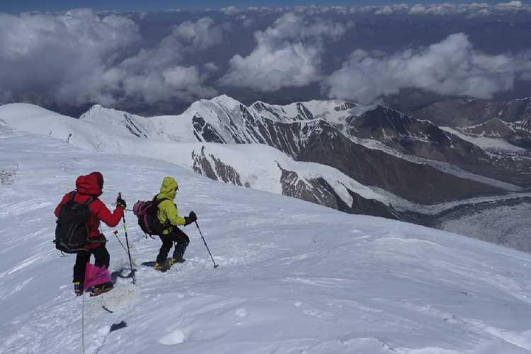 Карлос Сория (Carlos Soria) и Педро Николас ( Pedro Nicolás) на спуске с Пика Ленина. Фото Javier Camac