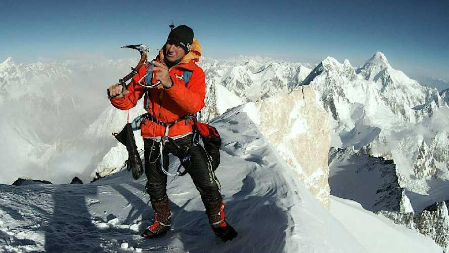 Денис Урубко на вершине Гашербрум II (Gasherbrum II, 8034 м) во время акклиматизационного восхождения по стандартному маршруту. июль 2019