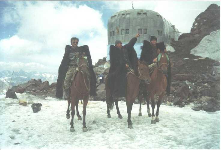 В 1999 году было совершено первое восхождение на западную вершину Эльбруса на лошадях