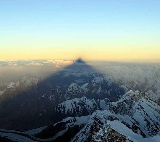 Тень от вершины восьмитысячника К2