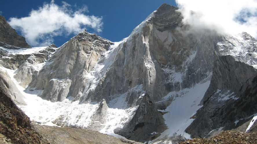 западная стена горы Бхагирати IV (Bhagirati IV) высотой 6193 метр