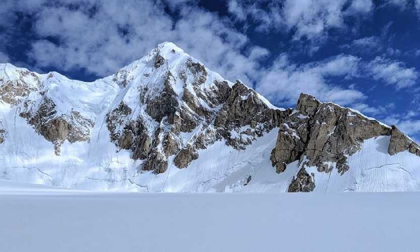 Шерпи Кангри II (Sherpi Kangri II ) выстой 7100 м. Вид с юга. Первый маршрут восхождения проходит по длинному гребню по правой стороне на фото. Фото: Kurt Ross