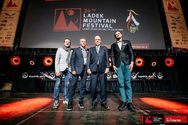 посол Франции в Польше вручил Адаму Белецкому (Adam Bielecki), Ярославу Ботору (Jarosław Botor) и Денису Урубко высшую французскую награду - Орден Почётного Легиона