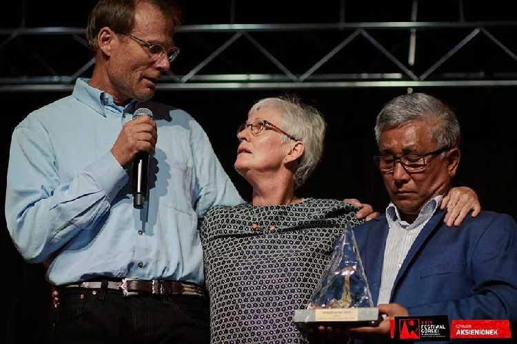 """Приз """"Золотой Ледоруб"""", которым был награжден покойный Дэвид Лама  был вручен его товарищем Конрадом Анкером (Conrad Anker) родителям Дэвида."""