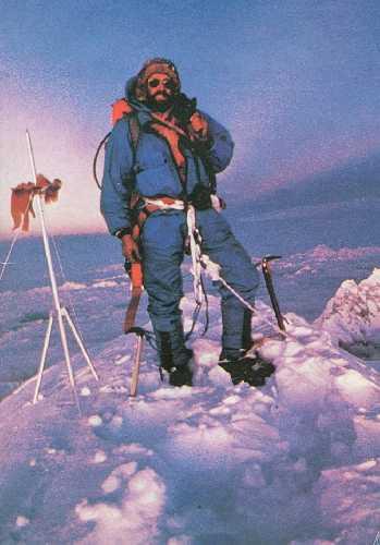 Скотт на вершине Эвереста (рядом установленная тренога китайских альпинистов)