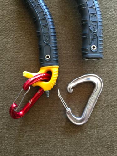 Ручки ледорубов Джесса Роскелли. На левом инструменте видно, что сломана оконцовка ледоруба, а прикрепленный деформирован. Фото: Джон Роскелли