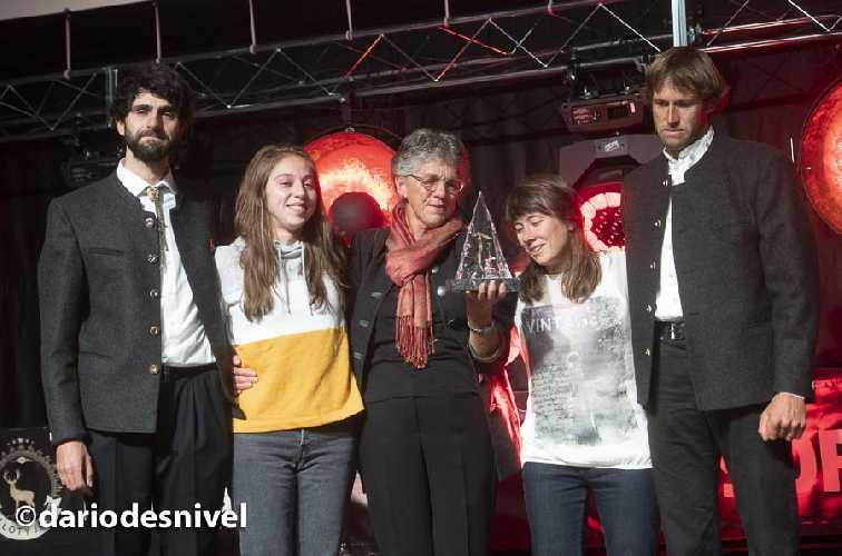 Забрать награду Хансйорга Ауэра на сцену вышла большая часть его семьи: мама, два брата, сестра и его девушка.