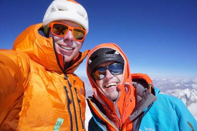Алистер Джеймс Суинтон (Alastair James Swinton) и Томас Майкл Ливингстон (Thomas Michael Livingstone) на вершине горы Койо-Зом  (Koyo Zum, 6872 метра). Фото Tom Livingstone